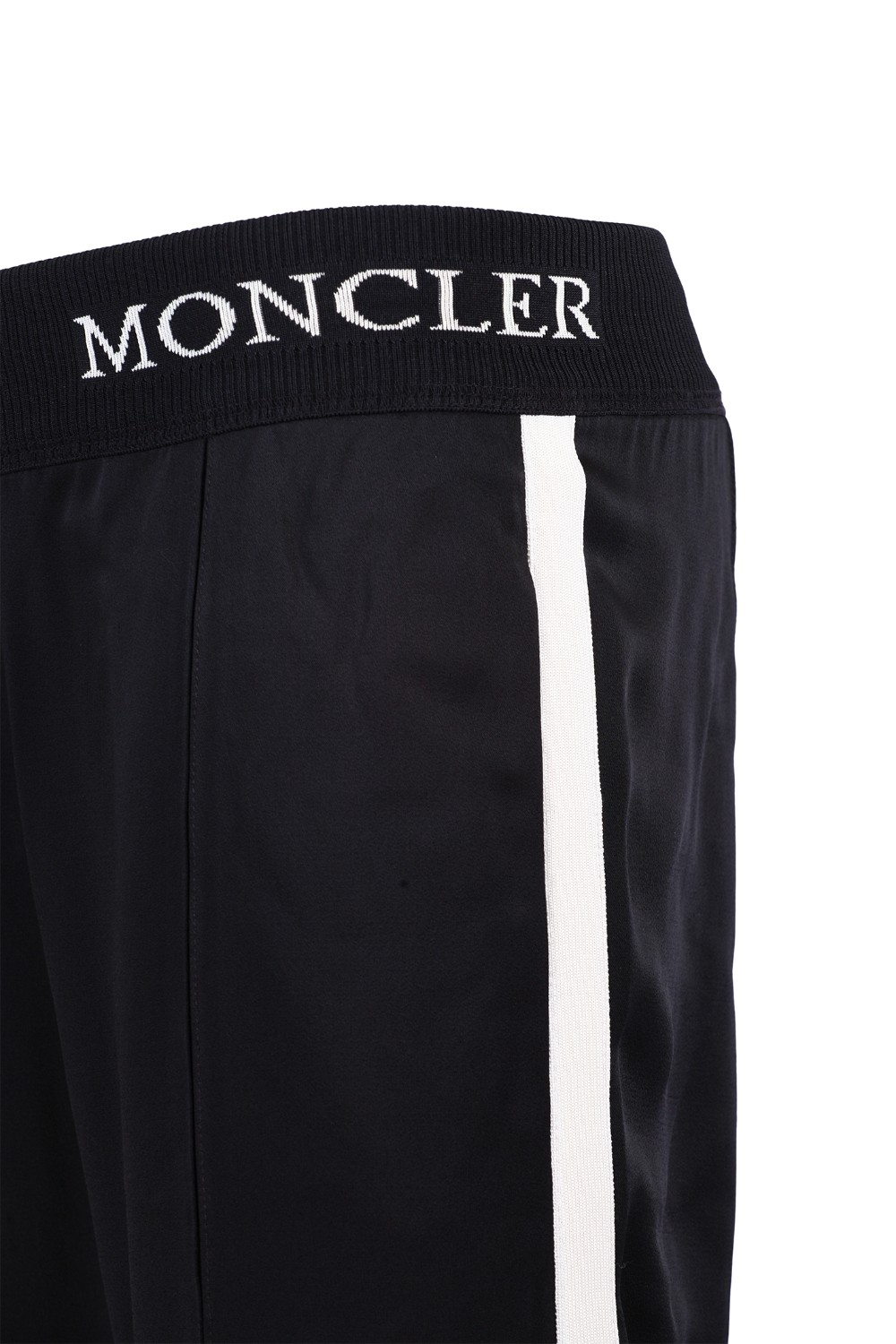 shop MONCLER  Pantalone: Moncler pantalone in envers satin di colore nero. Punto vita a costine con scritta Moncler. Tasche laterali a filetto. Banda lungo i fianchi a costine a contrasto. Vestibilità regolare. Composizione: 78% acetato 21% viscosa 1% elastan.. 16500 00 C0006-999 number 1002799